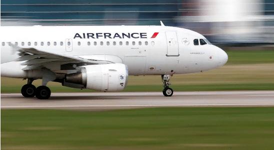 Французский лайнер не смог пролететь над Россией и вернулся в Париж