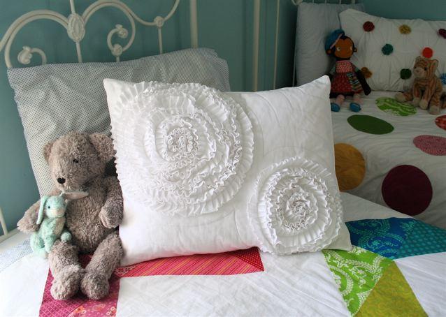 Красивая идея декора подушек и постельного белья