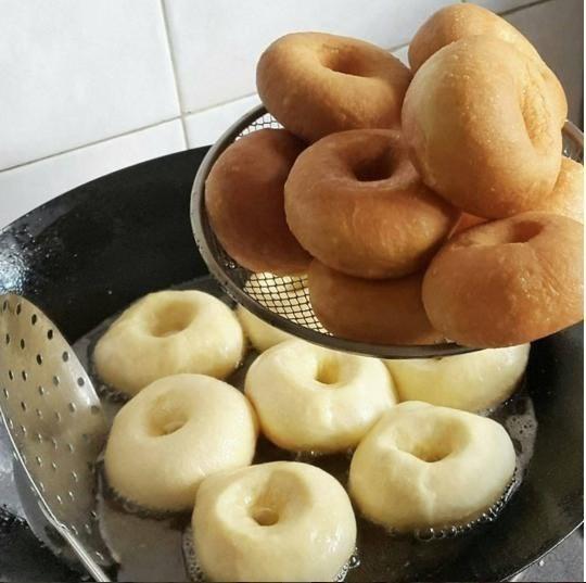 Самые вкусные пончики  Тесто: Молоко - 500 мл. Яйца - 2 шт. Масло сл. или маргарин -...