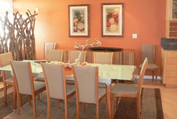 Столовая в персиковых тонах