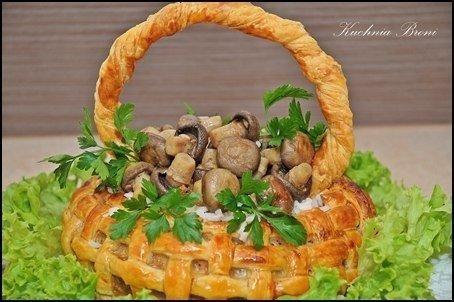 Корзина из слоеного теста с мясом, рисом и грибами