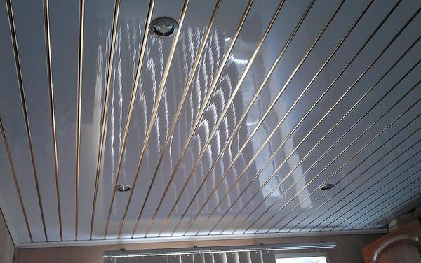 Минусы пластиковых панелей для потолка