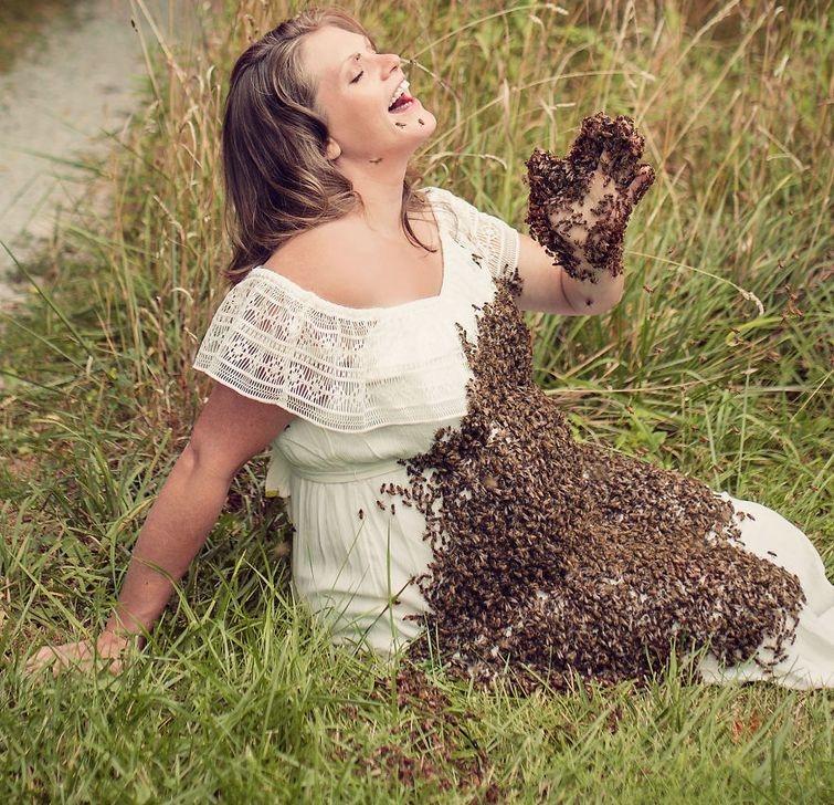 Беременная женщина позирует с 20 000 живых пчел ради сумасшедшей фотосессии