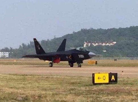 Новый китайский истребитель-невидимка J-31 попал в объективы фотокамер незадолго до начала авиашоу