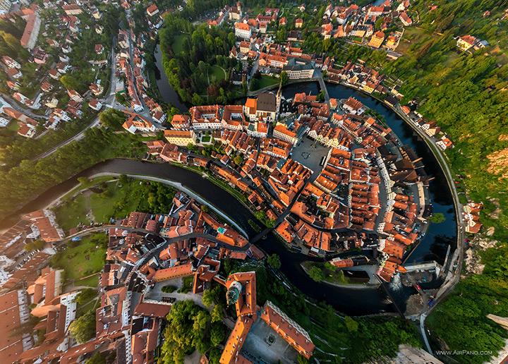 Вид сверху на сказочный Крумловский замок, Чехия