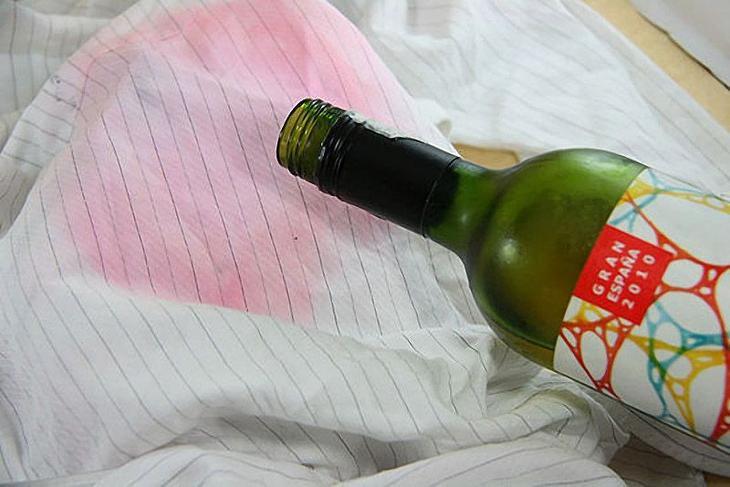 8. Пятна от красного вина на одежде можно удалить при помощи белого вина одежда, совет