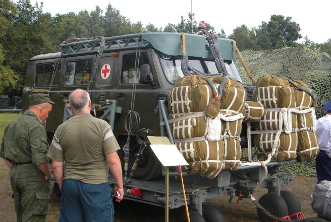 ВДВ выбрасывают на парашютах мобильные полевые госпитали