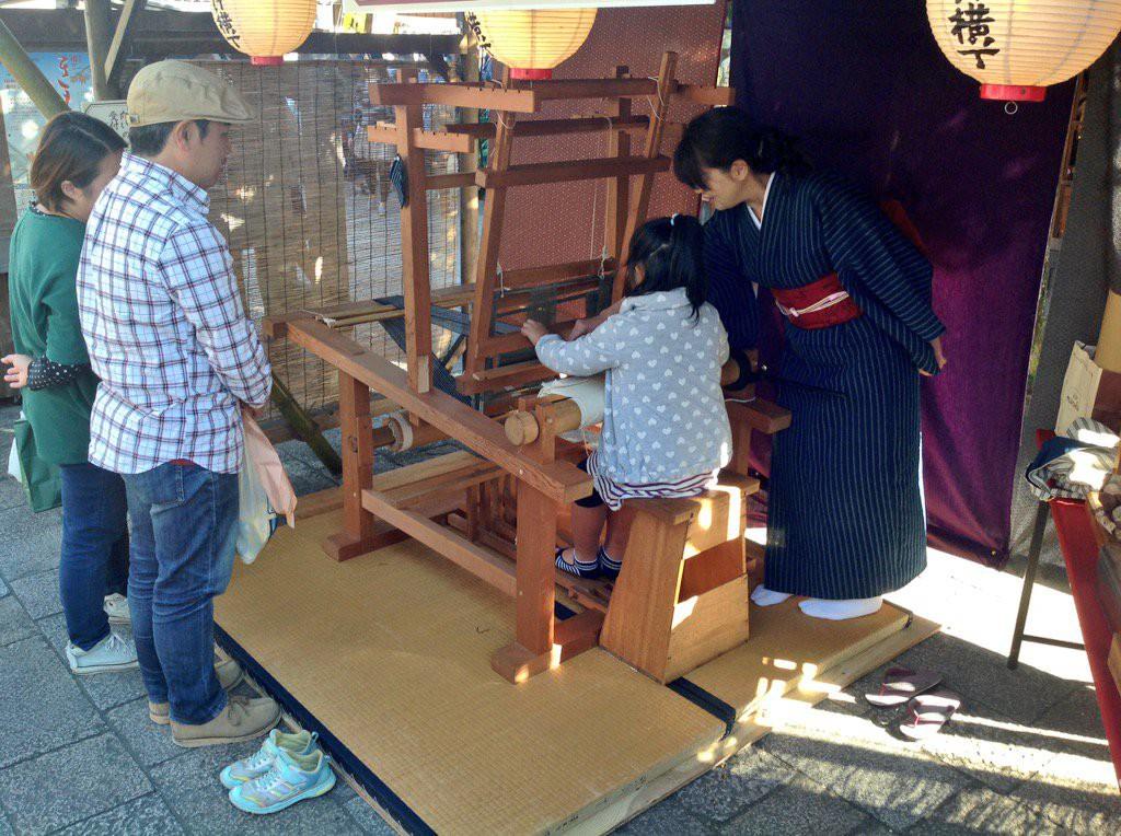 На внутренних улочках. Девочка за старинным ткацким станком в мире, люди, прикол, япония
