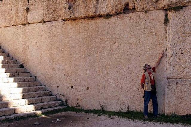 В Баальбеке откопали еще бОльшие мегалиты (до 2000 т), а «Южный камень» (1000 т) оказался … отпиленным снизу неизвестным образом Опубликовал: welemudr Категория: Непознаное