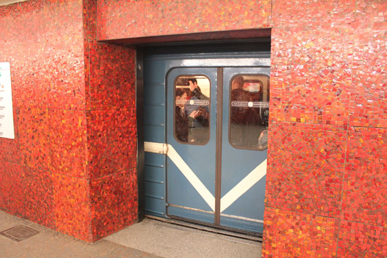 метро железные двери