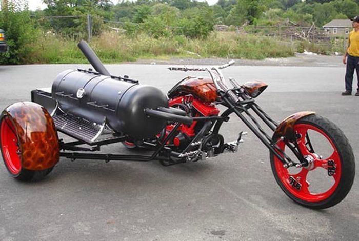 Необычный мотоцикл с встроенным мангалом возле бензобака.