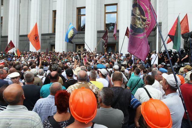 Десять человек пострадали в результате столкновений у здания Рады