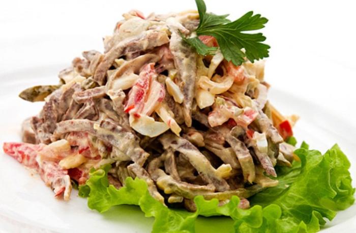 Салат с языком и грецкими орехами.  Фото: pinterest.com.
