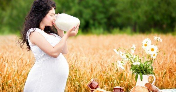 Мужик пьет молоко беременной