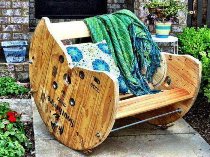 La idea original de crear muebles para el patio trasero con las manos.