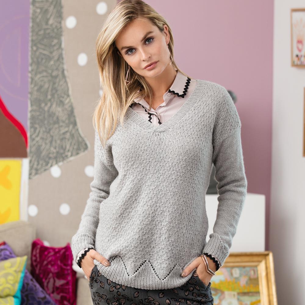 Серый пуловер с сочетанием узоров