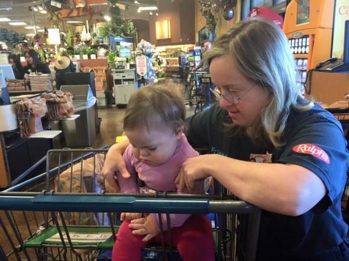 Этой матери с ребенком нагрубили в супермаркете. Ты удивишься, когда увидишь, кто за них заступился!