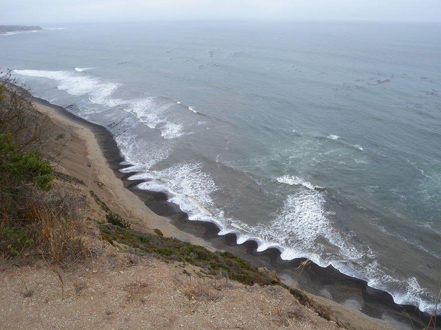 Загадочное явление на пляже. Кто знает объяснение этому природному феномену?