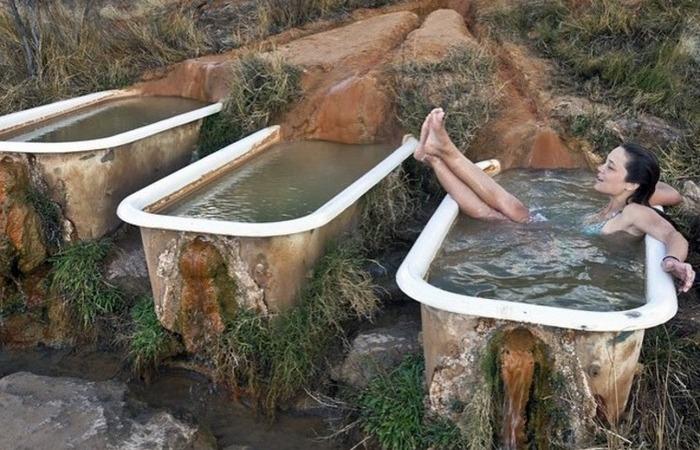 Столетние ванны с теплой целебной минеральной водой.