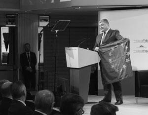 Захарова поиздевалась над Порошенко с флагом