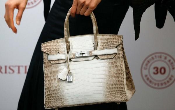 Самой дорогой сумкой в мире стала Hermes Birkins проданная с аукциона за 377.000$