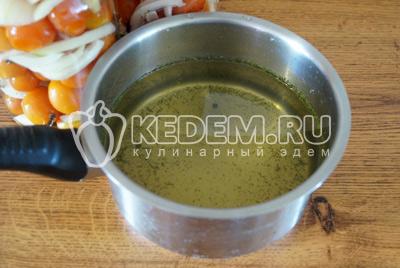 Воду слить в кастрюлю, добавить на литр воды по 2 ст. ложки соли, 3 ст. ложки сахара.Вскипятить маринад и добавить 2 ст. ложки уксуса и 1 с. ложку растительного масла