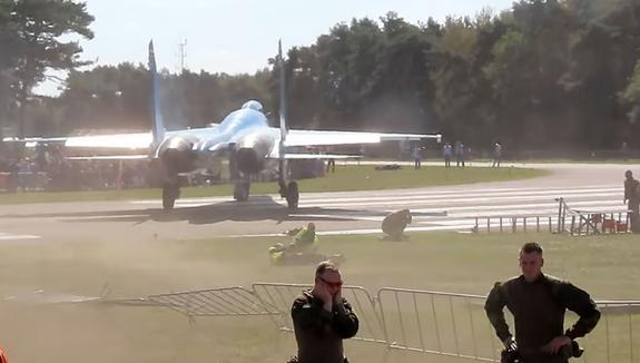 Появилось видео, как украинский Су сбивает несколько человек на авиасалоне