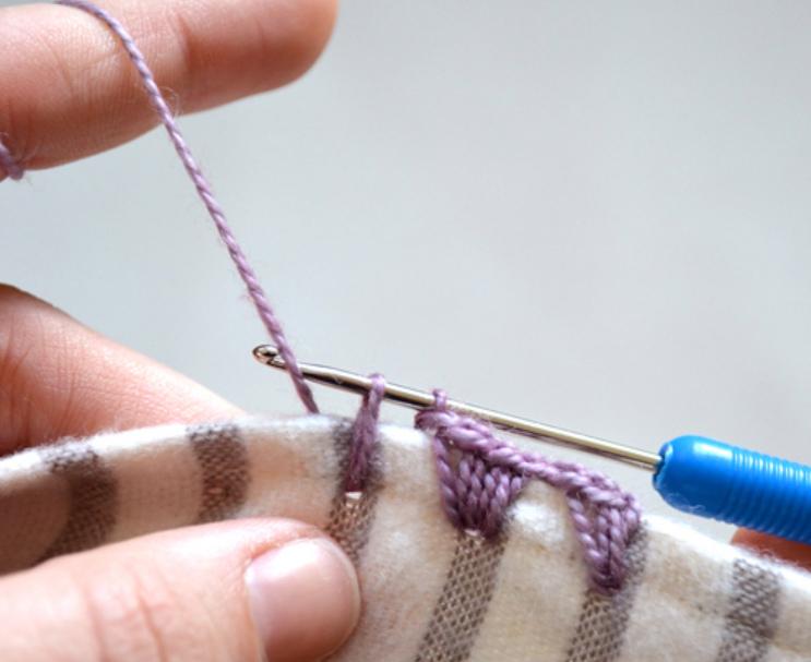 Как обвязать ткань пряжей (11)