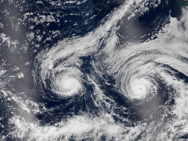 Рождение климатического чудовища: что случается при встрече двух огромных ураганов
