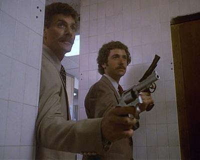 Актер Том Селлек (Tom Selleck) и каскадер Том Лупо (Tom Lupo) на съемках телесериала «Частный детектив Магнум» (1980-1988).