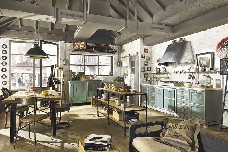 Кирпичная кладка на стене, небольшой стол для кухонной утвари, старинная мебель, большие окна и очень-очень много различных предметов декора