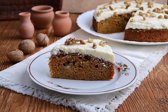Морковно-яблочный пирог с орехами и корицей