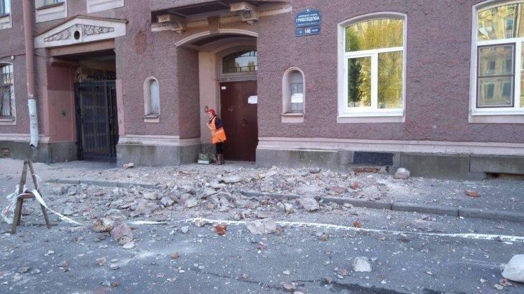 В Петербурге у дома на набережной канала Грибоедова обрушилась часть фасада