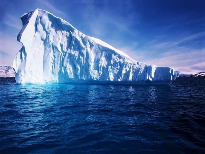 Гренландской деревне угрожает огромный айсберг