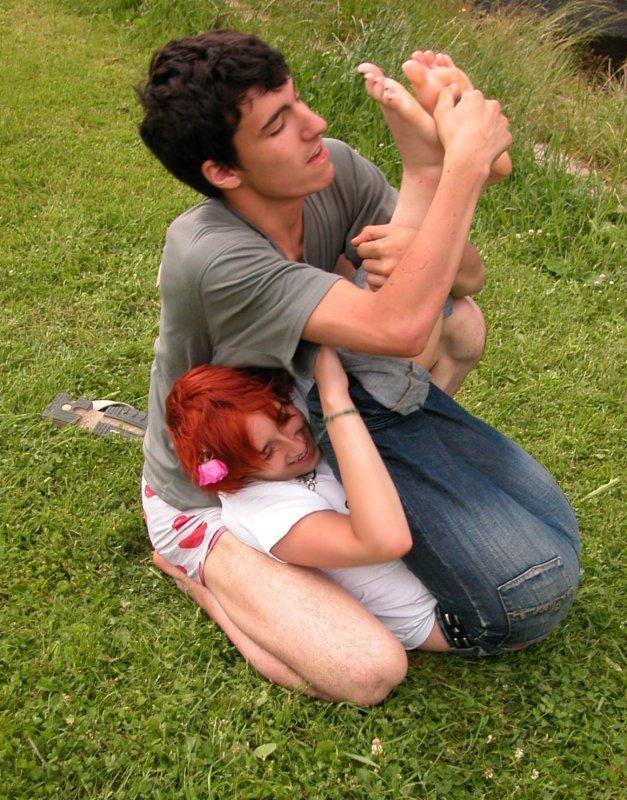 смотреть картинки как девушка щекочет девушку