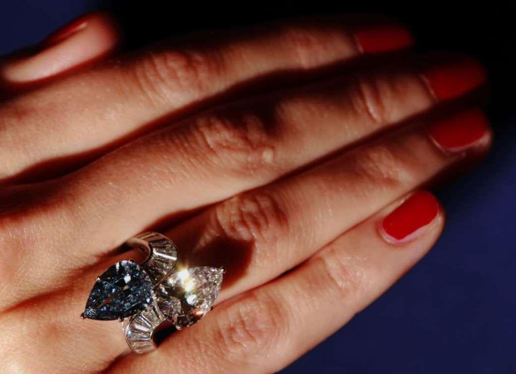Кольцо с голубым бриллиантом Булгари.