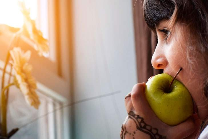 Мама Игоря иногда ее потихоньку в квартиру свою заводила и кормила и еще с собой давала, чтобы матери передала.