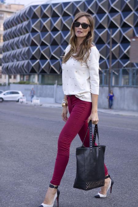 C чем носить бордовые джинсы. Какого цвета выбрать верх