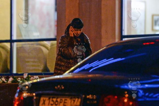 Ближе к полуночи разгневанная актриса набрала номер любовника и со слезами на глазах потребовала объясннить причину его отсутствия