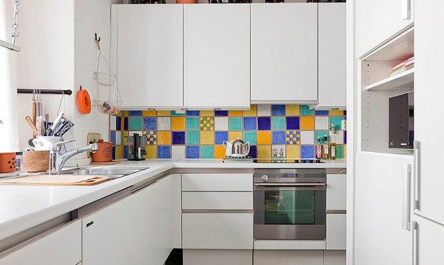 Белый угловой кухонный гарнитур в маленькой кухне