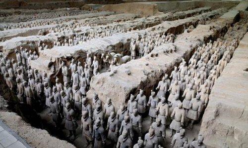 Пирамида первого императора Китая и его терракотовая армия  Гробница первого китайского императора Цинь Ши Хуан Ди, обнаруженная в 1974 году, была внесена в список Всемирного наследия ЮНЕСКО.