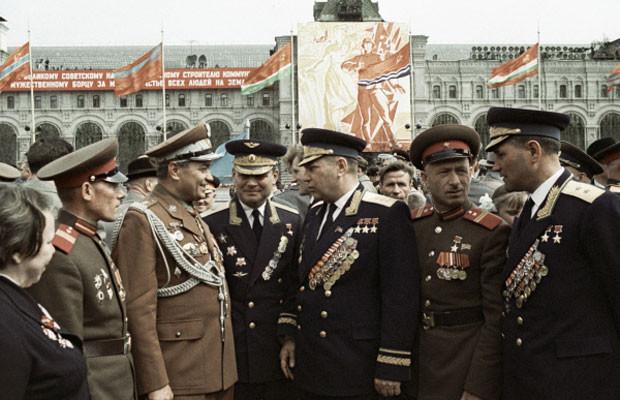 Александр Покрышкин (в центре) беседует с ветеранами ВОВ, 9 мая 1965 года. вов, герой, покрышкин