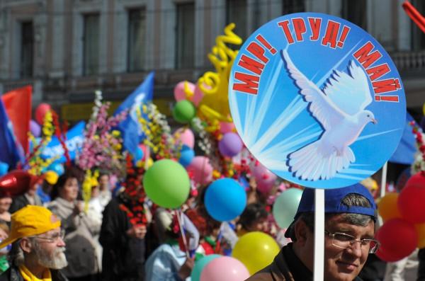 Россия находится в глубоком экономическом кризисе и потому постоянно празднует