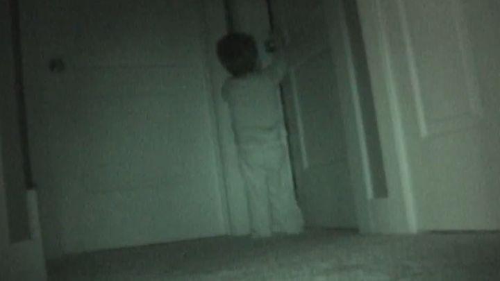 брат заходитв комнату к сестре смотреть