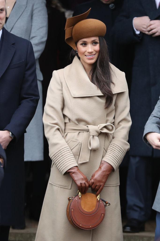 Меган Маркл с коричневой круглой сумочкой