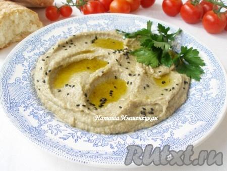 При подаче полить бабагануш оливковым маслом, посыпать черным кунжутом, зеленью петрушки или кинзы.
