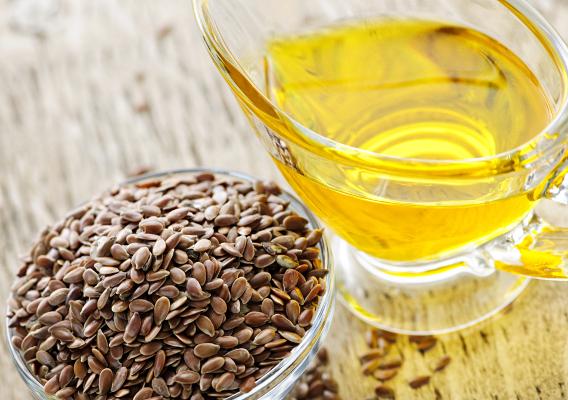 У льняного семени приятный ореховый привкус, им посыпают салаты или приготовленные овощи