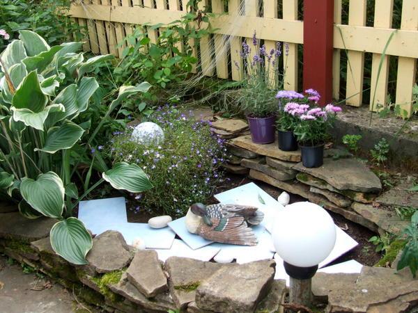 Как украсить опустевший цветник