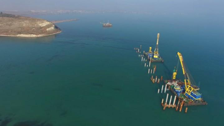 В Керченском проливе продолжаются масштабные работы по подготовке к строительству моста