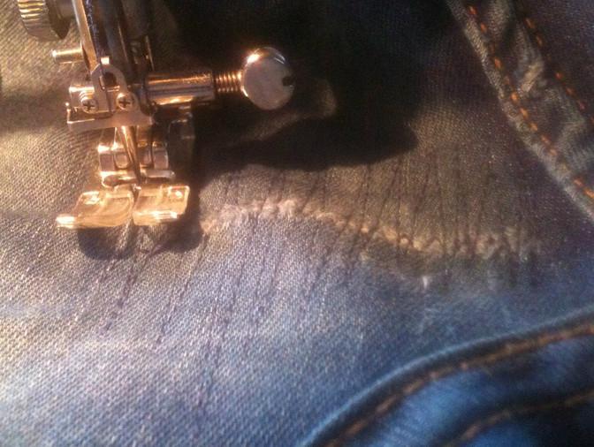 Незаметная джинсовая латка... Как дать вторую жизнь любимым джинсам!